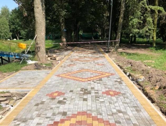 У луцькому парку ремонтують одну з найдовших алей. ФОТО