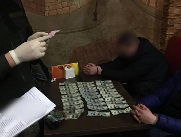 У Луцьку на хабарі у 3 тисячі доларів затримали працівника СБУ та спільників. ФОТО