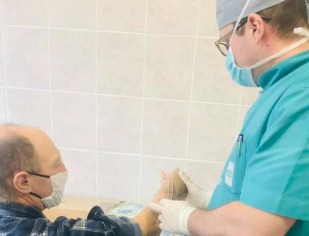 У Луцьку в лікарні чоловікові відновили відрізану циркуляркою руку