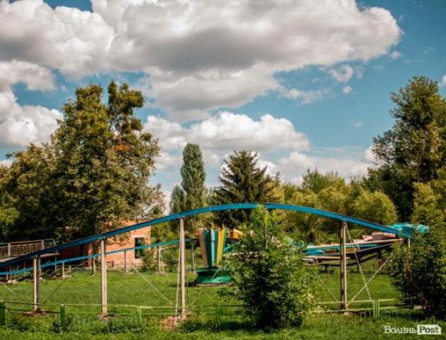 Безлюдні закутки і порожні атракціони: луцький парк влітку. ФОТО