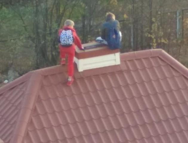 Небезпечні розваги: у Луцьку школярі залізли на дах будинку. ФОТО