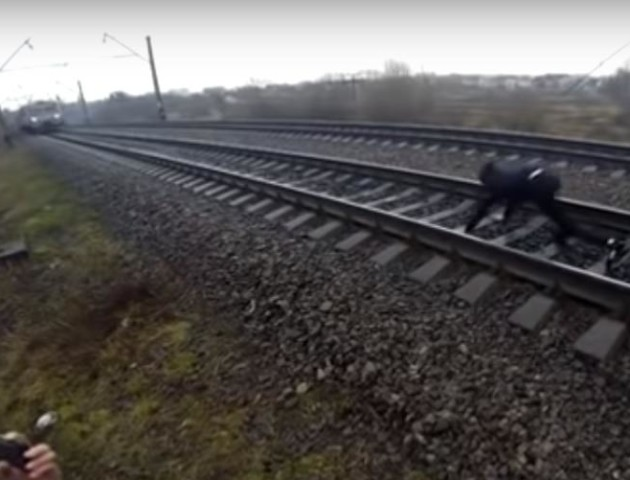 Небезпечні розваги: у Рівному хлопці лягли під потяг. ВІДЕО