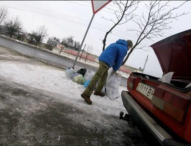 Лучани викидають сміття прямо біля дороги. ФОТО