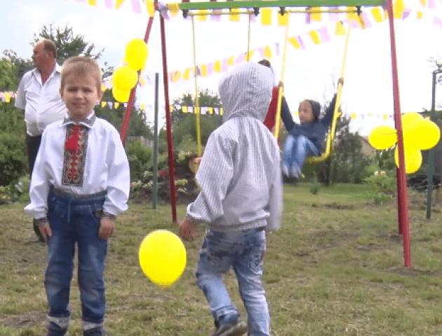 У селі під Луцьком відкрили перший дитячий майданчик. ВІДЕО