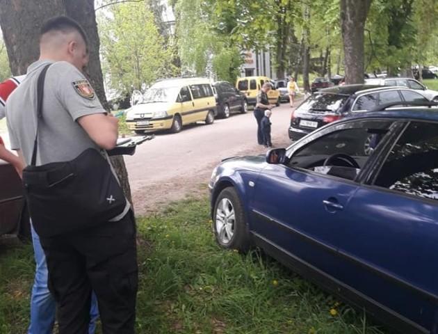 Муніципали покарали водіїв за паркування на газоні. ФОТО