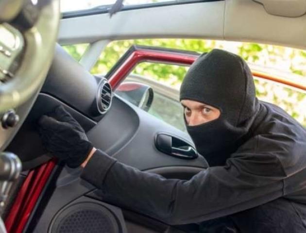 У волинянина з автівки вкрали 16 тисяч гривень та телефон
