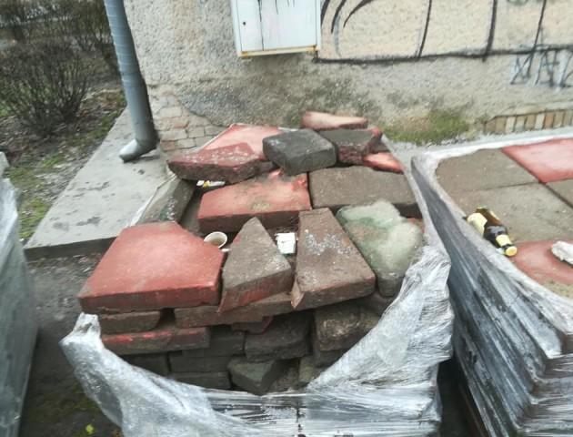«Раптом що - навесні переробимо»: у центрі Луцька кладуть сумнівну бруківку. ФОТО