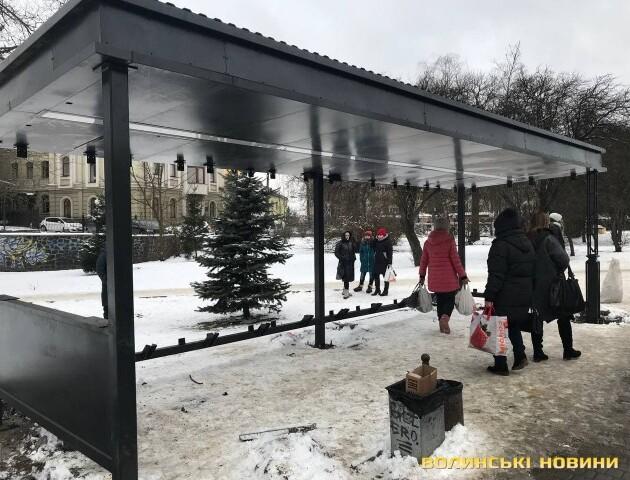 У центрі Луцька встановлюють ще одну «розумну» зупинку. Фото