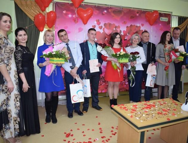 У Луцькому ЦНАПі в День закоханих одружилися шість пар