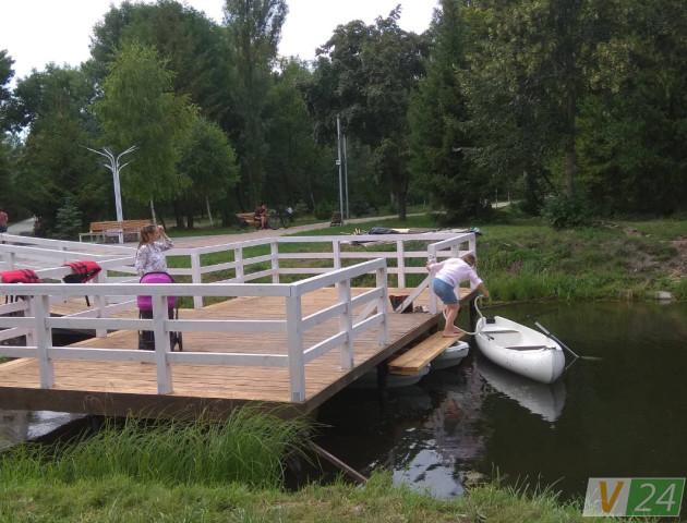 «Волинська Венеція»: у луцькому парку почали катати на човнах. ФОТО