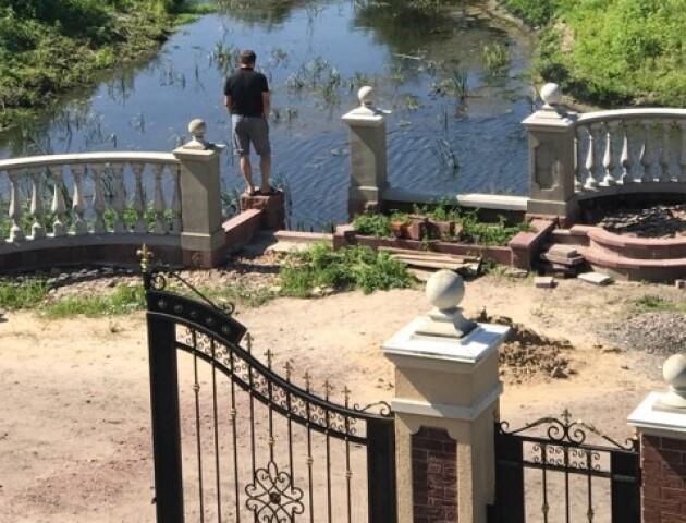 Волинський дизайнер власноруч збудував над річкою терасу для жителів