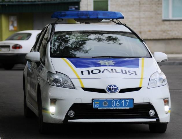 У Луцьку водій кинувся під колеса автомобіля патрульних, щоб не платити штраф