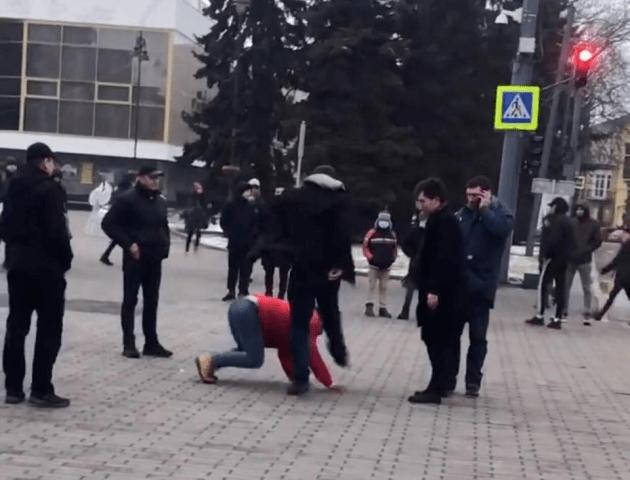 У центрі Луцька побилися чоловіки. Їх розбороняли два екіпажі поліції. Відео