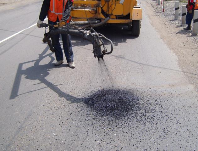 У Луцьку витратять мільйон гривень на ямковий ремонт доріг