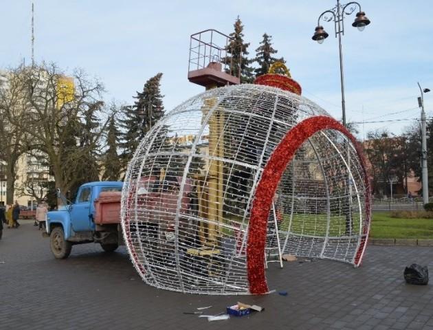 У центрі Луцька встановлюють велику велику «вогняну» кулю. ФОТО
