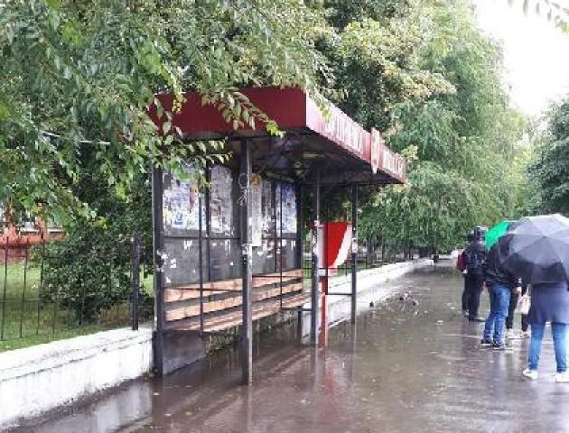 У Ковелі поставили зупинки, де не сховаєшся від дощу