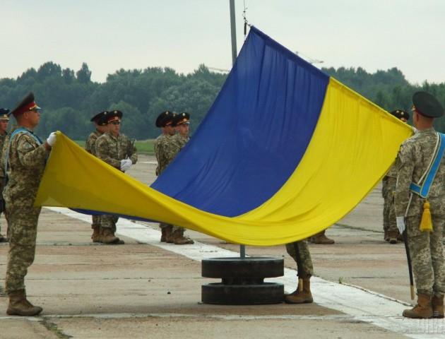 На Волині пенсіонерка шиє воякам прапори. ВІДЕО