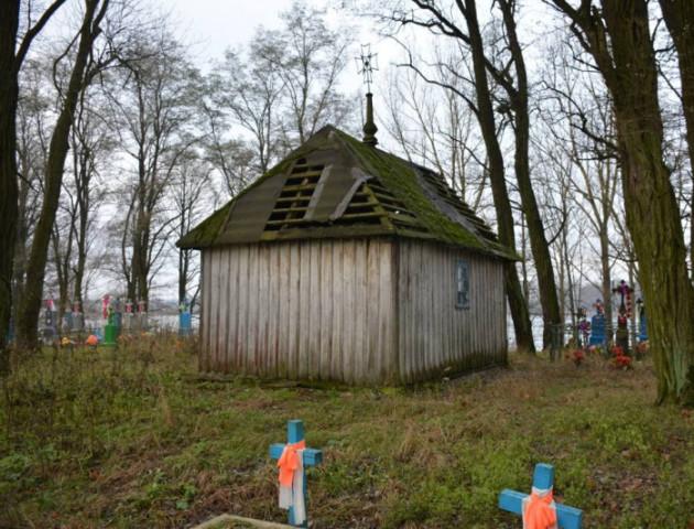 На волинському цвинтарі ремонтують 200-річну капличку