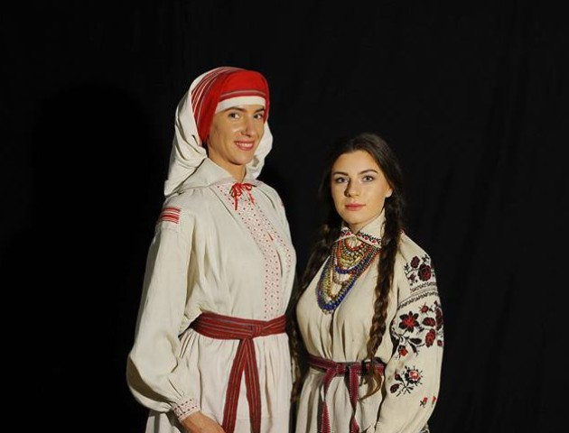 Журналісти у Луцьку одягли на себе столітній одяг і показали, що це красиво і стильно. ФОТО