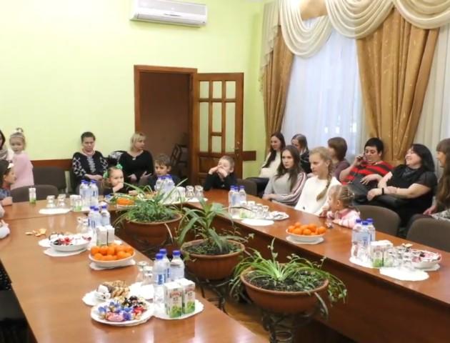 У Луцьку організували святковий круглий стіл для дітей загиблих воїнів. ВІДЕО