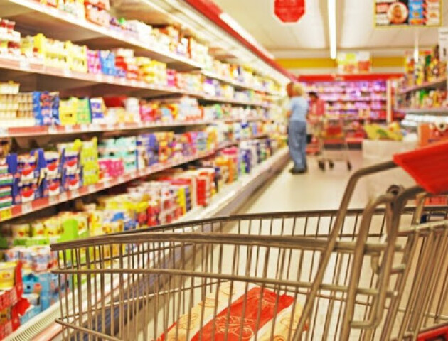 «Найбільше люди купують борошно». Чи є ажіотаж в луцьких супермаркетах через коронавірус?