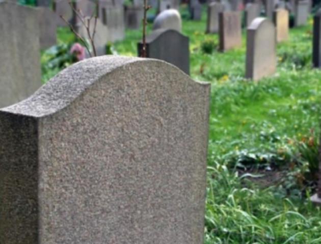 На Волині вандали побили огорожу кладовища
