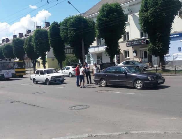 У Луцьку зіткнулися авто «на бляхах» та легковик поліції. ФОТО