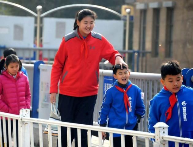 У Китаї живе найвища в світі дівчинка: в 11 років її зріст - понад два метри