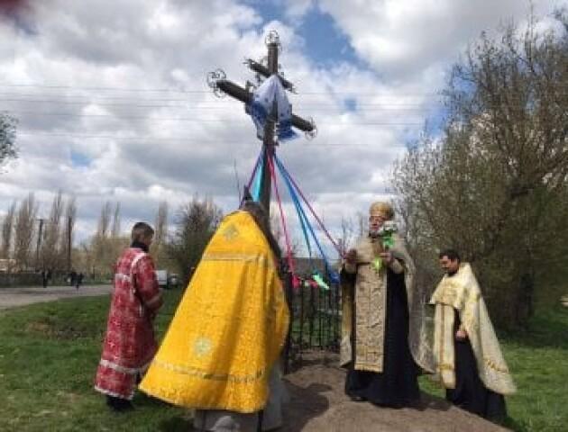 Біля Луцька ПЦУ освятила придорожній хрест, а священник РПЦ в Україні його переосвятив