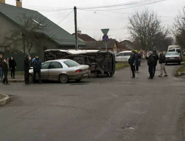 У Нововолинську від удару перевернувся бус з пасажирами