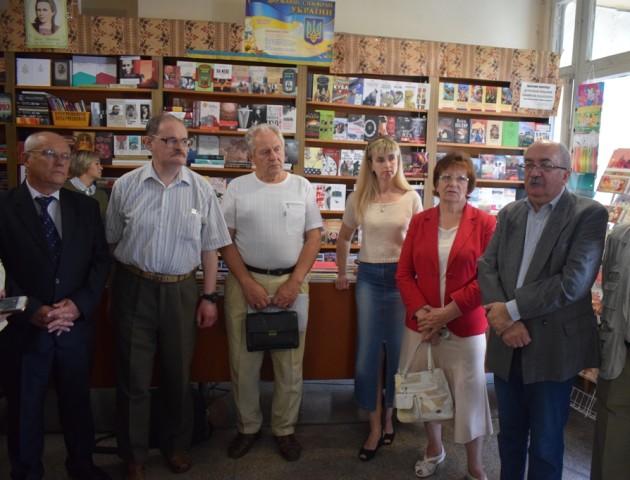 У Луцьку протестують проти закриття книгарні. ФОТО