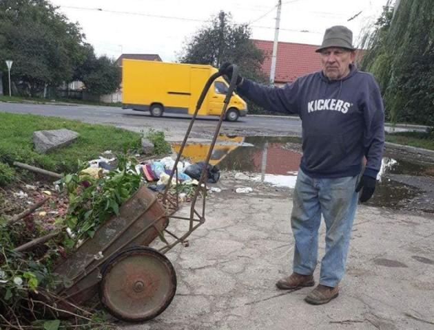 Лучанин вивозив сміття зі свого двору «під бік» сусідам. ФОТО