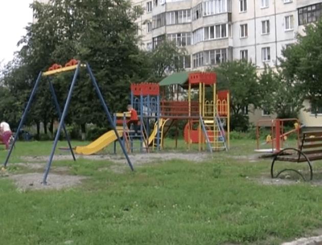 У Луцьку на новозбудованому ігровому майданчику травмуються діти. ВІДЕО