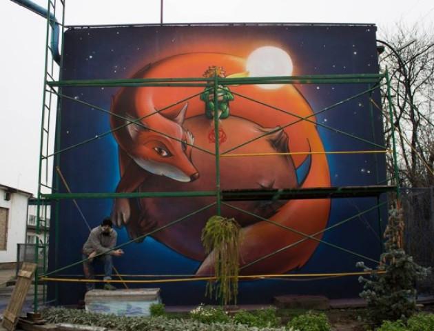 Художник прикрасив стіну Луцького будинку муралом з мотивуючою фразою