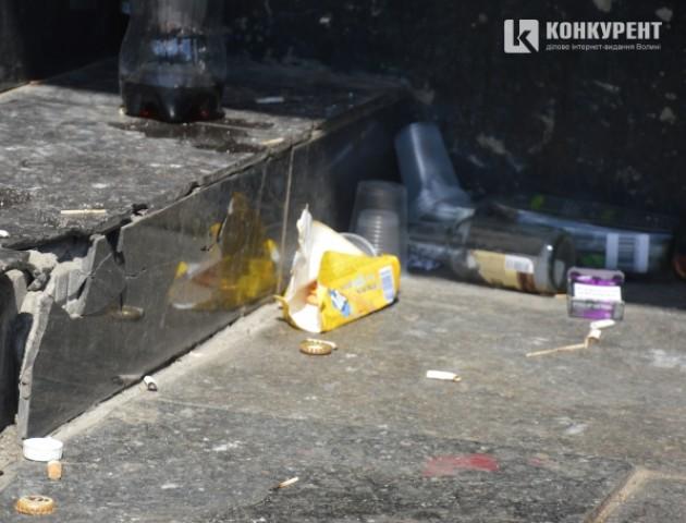 Під стінами театру у Луцьку молодь влаштовує посиденьки і лишає купи сміття. ФОТО