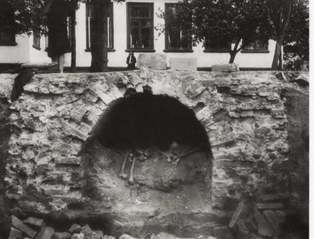 При будівництві банку в Луцьку виявили склеп із похованими людиною і конем. ІСТОРІЯ