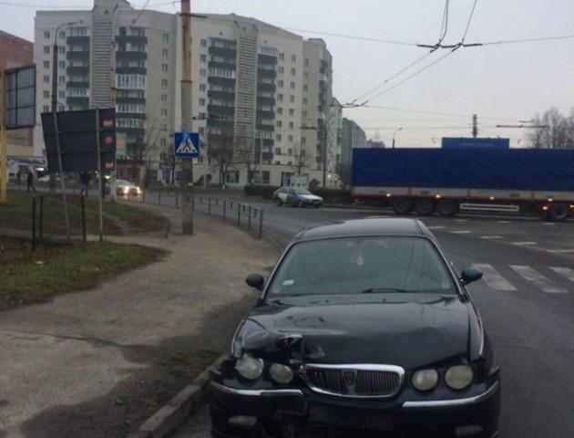 У Луцьку водій протаранив огородження, покинув авто на «бляхах» і втік