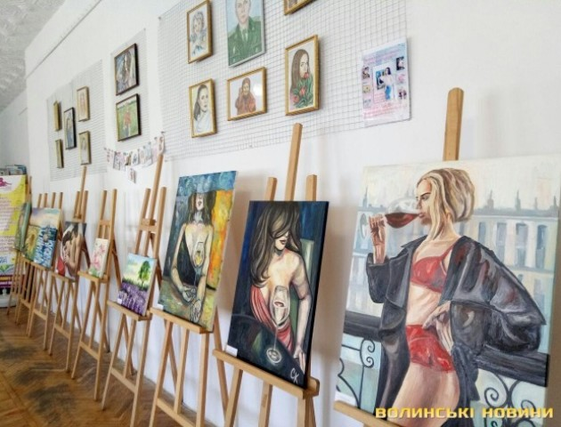 У Луцьку дочка загиблого військового презентувала виставку картин. ФОТО