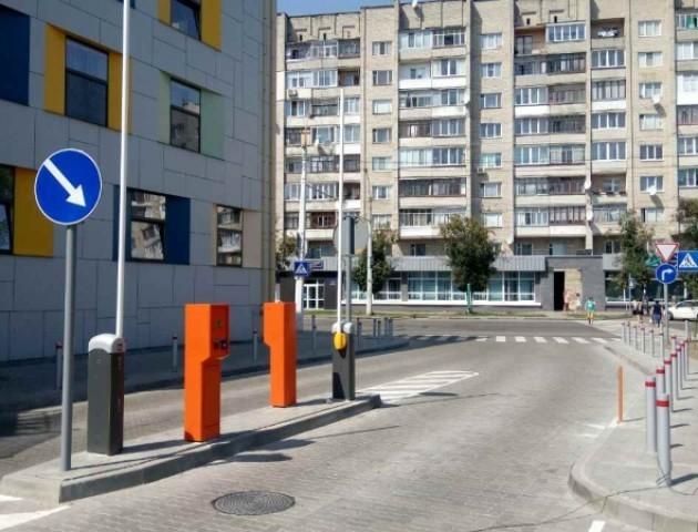 Суд заборонив виконкому блокувати парковку «Променя»