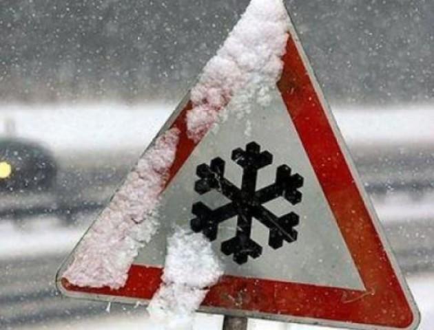 Дощ з мокрим снігом і погана видимість: волинян просять бути обережним за кермом