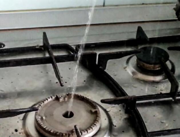 У луцькому будинку замість газу з плит лилася вода