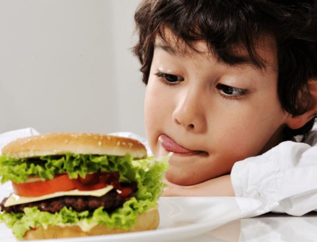 Медик назвав продукти, яких не можна давати дітям