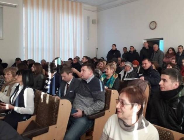 У Ківерцях на сесії райради батьки   вимагають   звільнення директорки школи. ФОТО