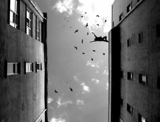 У Луцьку на Соборності чоловік впав з даху багатоповерхівки, - ЗМІ