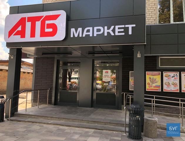 Розшукують молодиків, які пошкодили двері магазину у місті на Волині. ВІДЕО