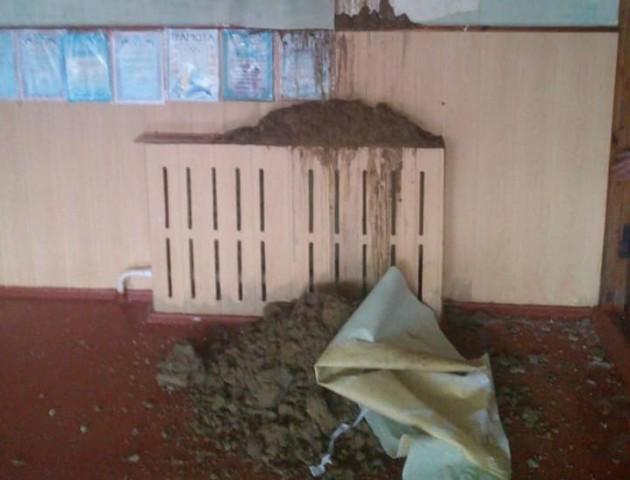 Шпалери відклеїлись, на стінах - грибок: як виглядає волинська школа без даху. ВІДЕО