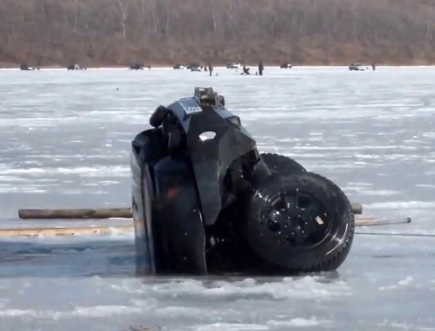 На Волині рятувальники витягли з озера легковий автомобіль