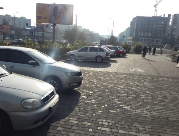 Тротуар  схожий на проїжджу частину: на Соборності просять навести порядок з паркуванням