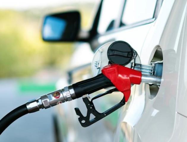 Українські заправки опускають ціни: скільки сьогодні коштує заправити авто