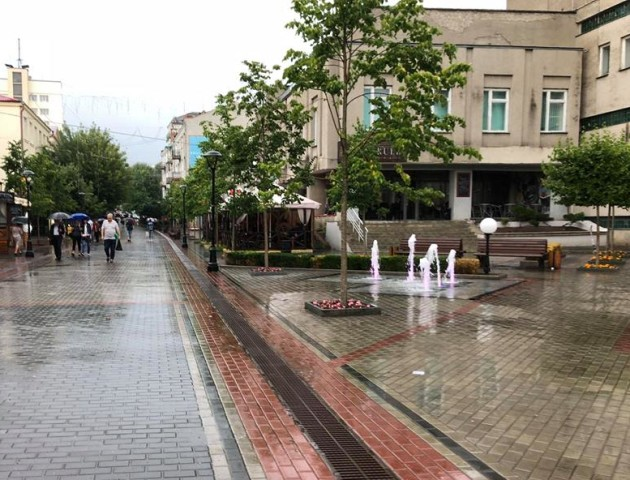 У Луцьку в дощ працює фонтан. ФОТО